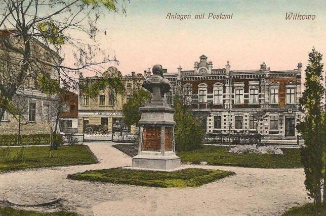 Pomnik Wilhelma I przy Posenerstrasse. W głębi sklep żydowski i pruski urząd pocztowy.