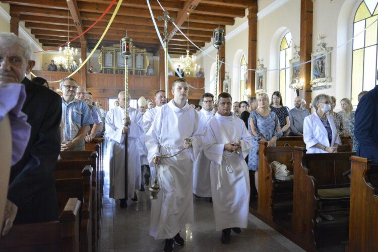Liturgiczną Służbę ołtarza tworzyli głównie witkowianie, którzy niegdyś posługiwali w witkowskim kościele parafialnym. B. Kruszyk (KAI).